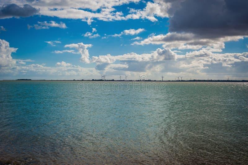Ansicht 2016 Vereinigten Königreichs Mersea von der Küste zu den windmils stockfoto