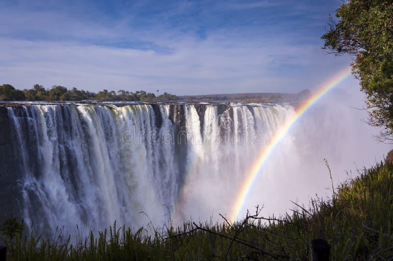 Ansicht Victoria Fallss mit Regenbogen in Simbabwe stockbild