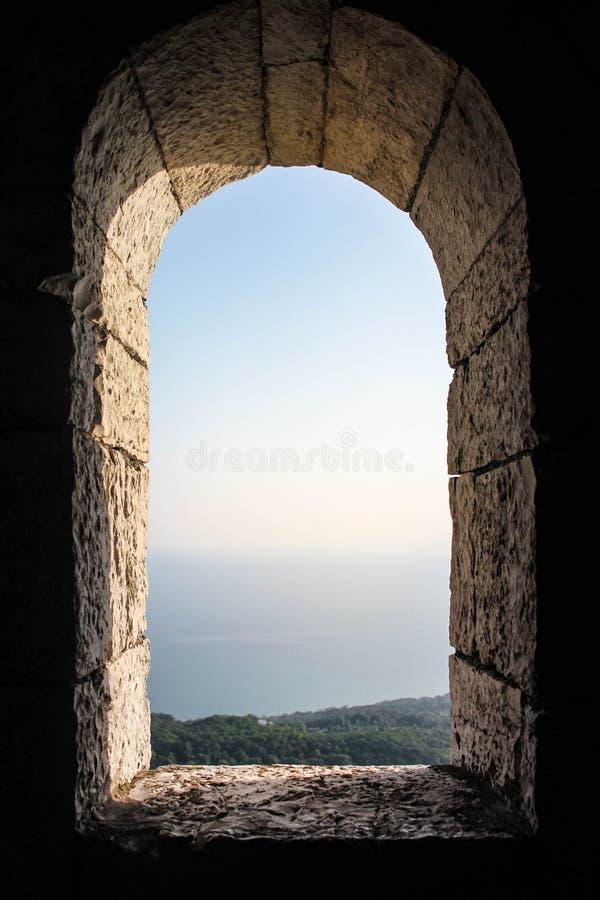 Ansicht vom alten Fenster des Turms lizenzfreie stockfotos