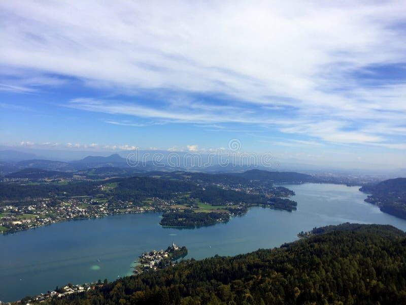 Ansicht vom Aussichtsturm Pyramidenkogel zu See Woerth-carinthia Österreich stockfotos