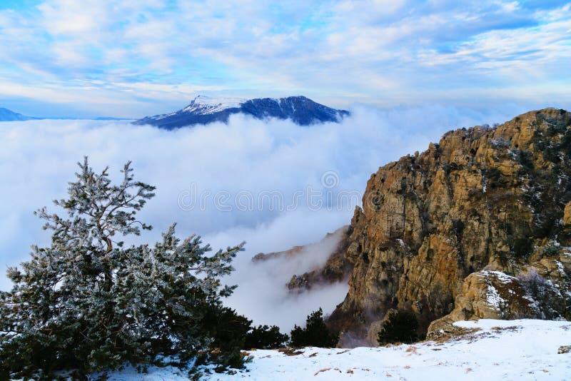 Ansicht vom Berg Demerzhdy, Krim, Ukraine lizenzfreie stockfotografie