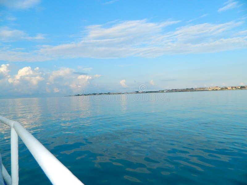 Ansicht vom Bootssegeln auf einem ruhigen See Schließen Sie Ruhe ab lizenzfreies stockbild