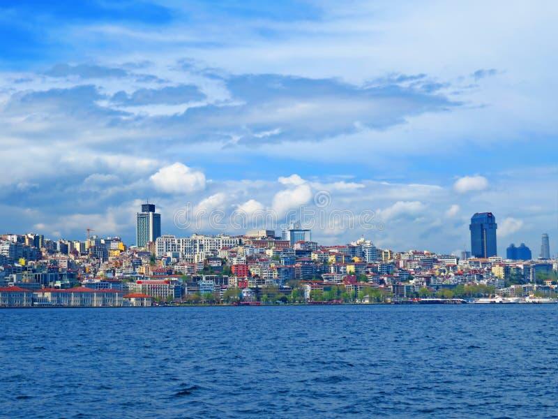 Ansicht vom Bosphorus zu den modernen Vierteln von Istambul lizenzfreie stockfotografie