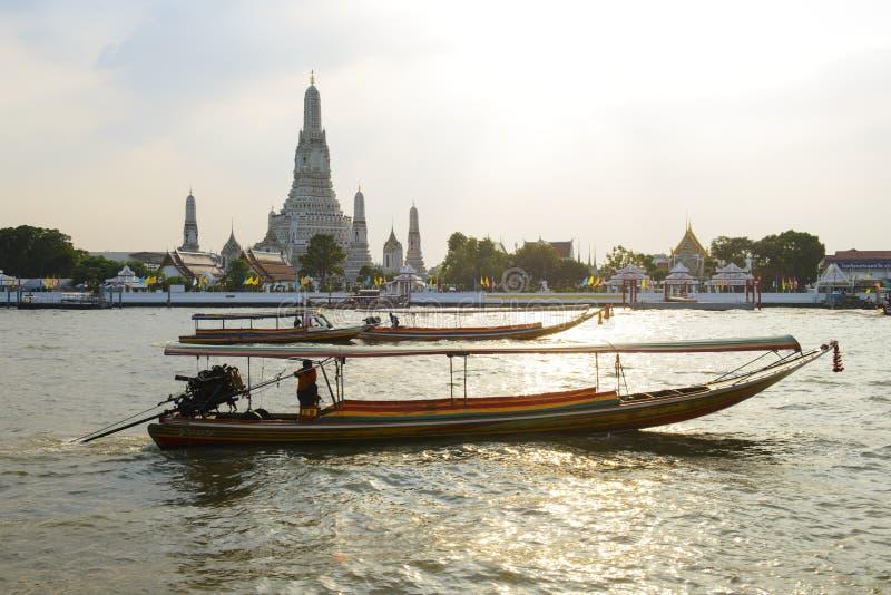Ansicht vom Chao Phraya mit Boots- und Wat Arun-Tempelhintergrund im Sonnenuntergang lizenzfreies stockbild