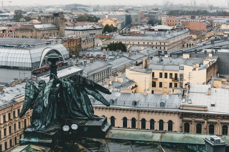 Ansicht vom Dach, Kolonnade von ` s St. Isaac Kathedrale in St Petersburg an einem bewölkten regnerischen Tag stockfotos