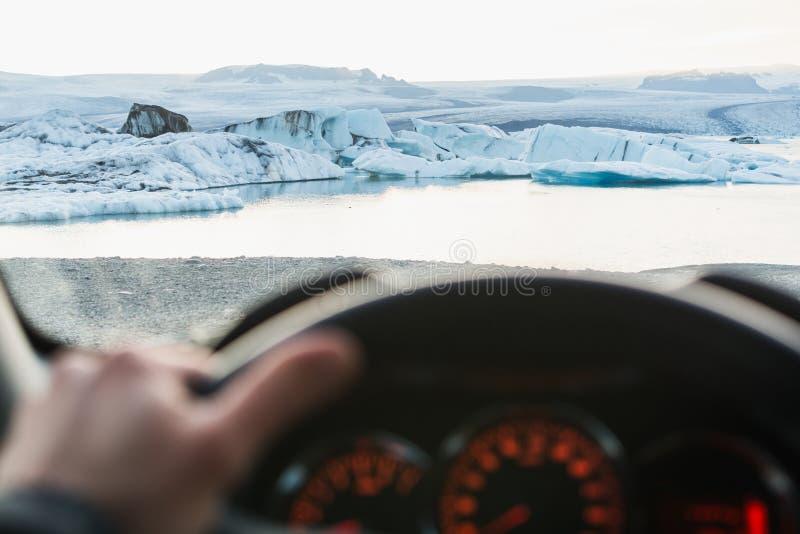 Ansicht vom driver& x27; s-Sitz über Eisbergen in Jokulsarlon-Lagune bei Sonnenuntergang, Island stockfotos