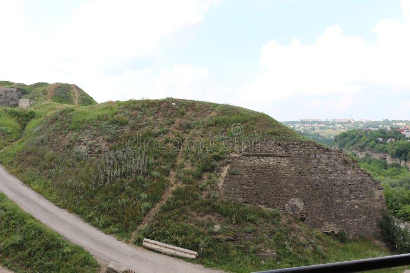Ansicht vom Embrasure im Wachturm der alten Festung in der Nachbarschaft lizenzfreie stockfotos