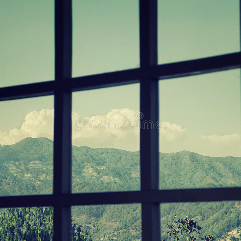 Ansicht vom Fenster zu den Bergen lizenzfreie stockfotografie