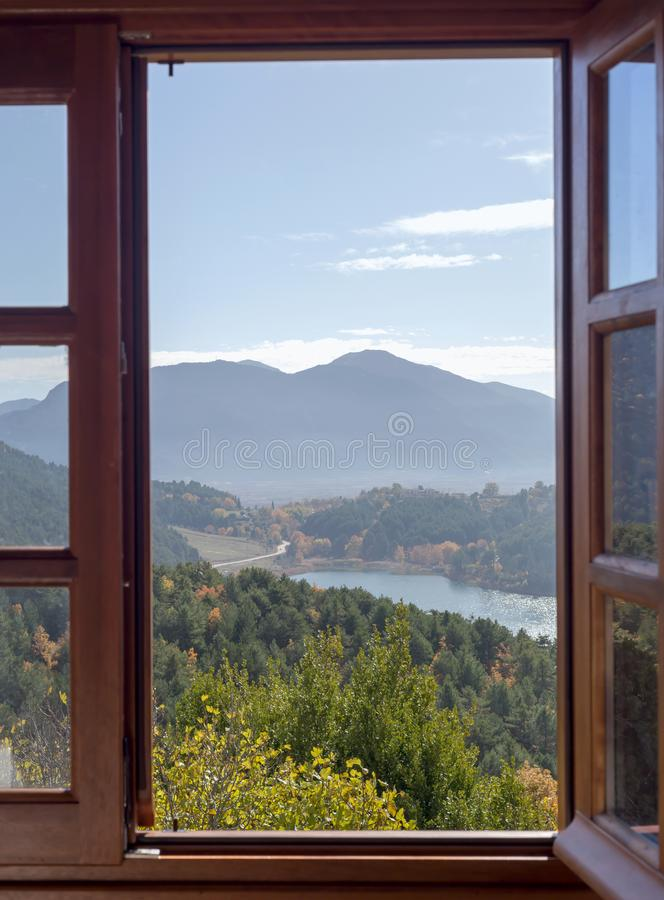 Ansicht vom Fenster zum See und zu den Bergen stockbilder