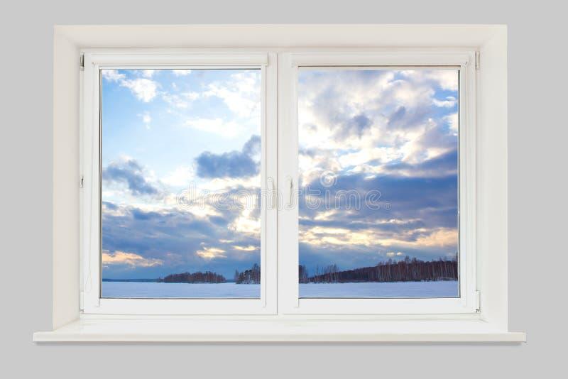 Ansicht vom Fenster zur Winterlandschaft mit einem gefrorenen See stockbilder