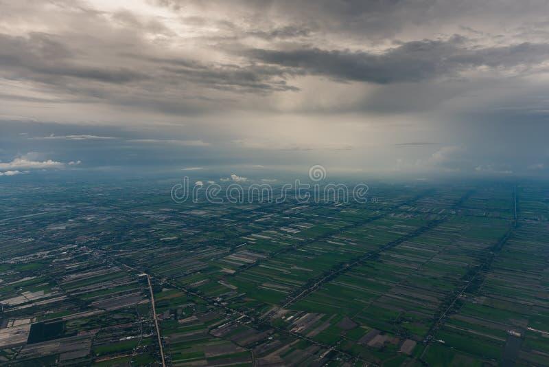 Ansicht vom Flugzeug, zum mit Wolke zu landen lizenzfreie stockfotos