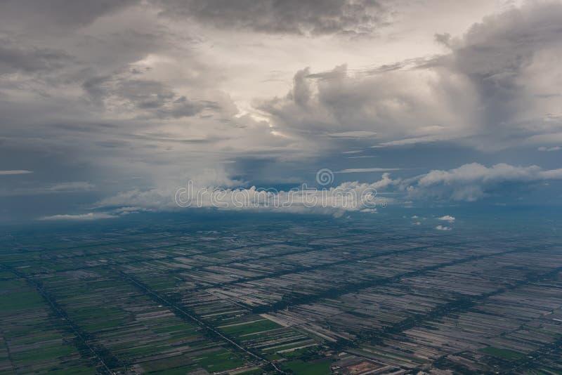 Ansicht vom Flugzeug, zum mit Wolke zu landen lizenzfreies stockfoto