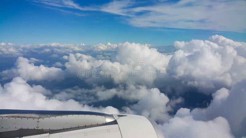 Ansicht vom Flugzeugfenster, Draufsicht vom Flugzeug, Wolken auf dem Himmel und Ansicht vom Flugzeugfenster lizenzfreie stockfotos