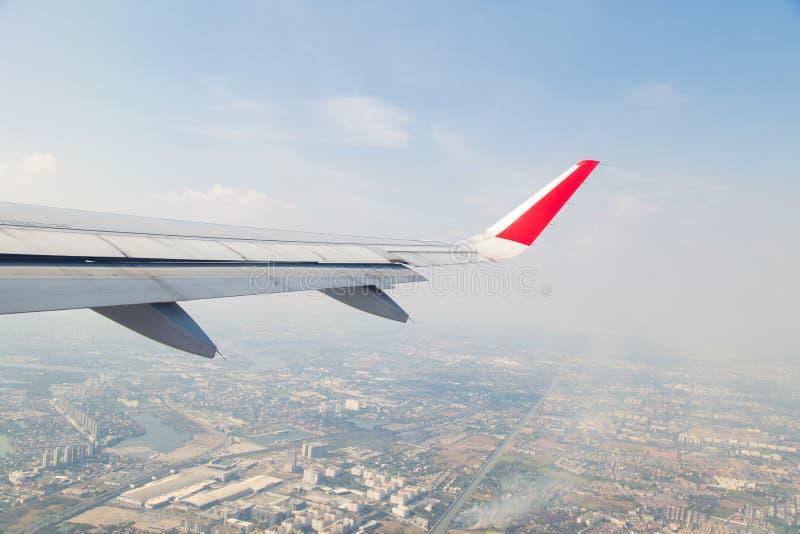 Ansicht vom Flugzeugfenster Fliegen über die Stadt stockfotos