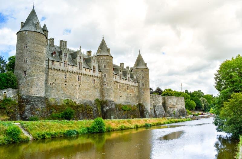 Ansicht vom Flussufer von Josselins Schloss, schönes Dorf von französischer Bretagne lizenzfreie stockfotos