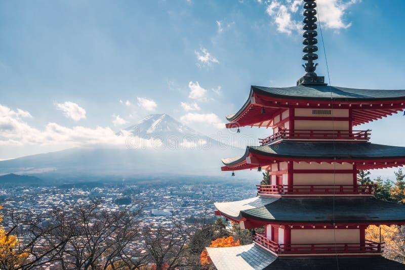 Ansicht vom Fujisan mit Chureito-Pagode im Herbst lizenzfreies stockfoto