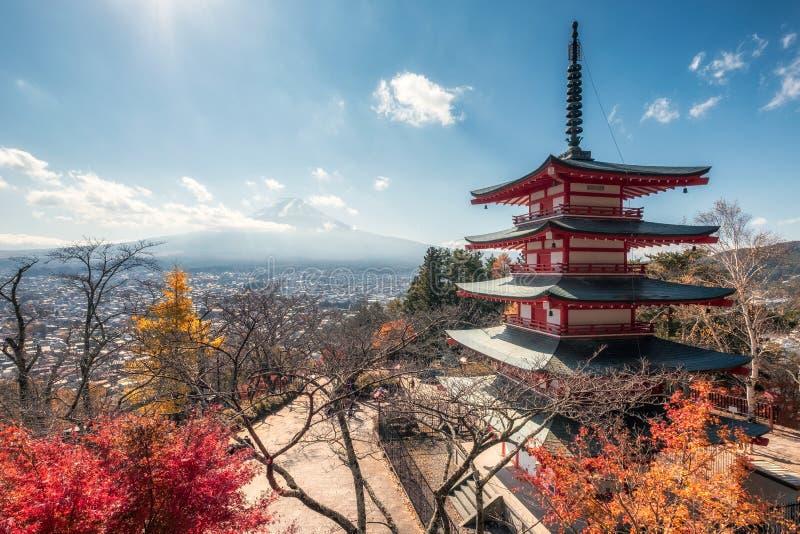 Ansicht vom Fujisan mit Chureito-Pagode im Herbst lizenzfreie stockbilder