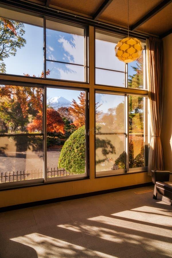 Ansicht vom Fujisan von einem Fenster in einem traditionellen ryokan in Japan lizenzfreies stockbild