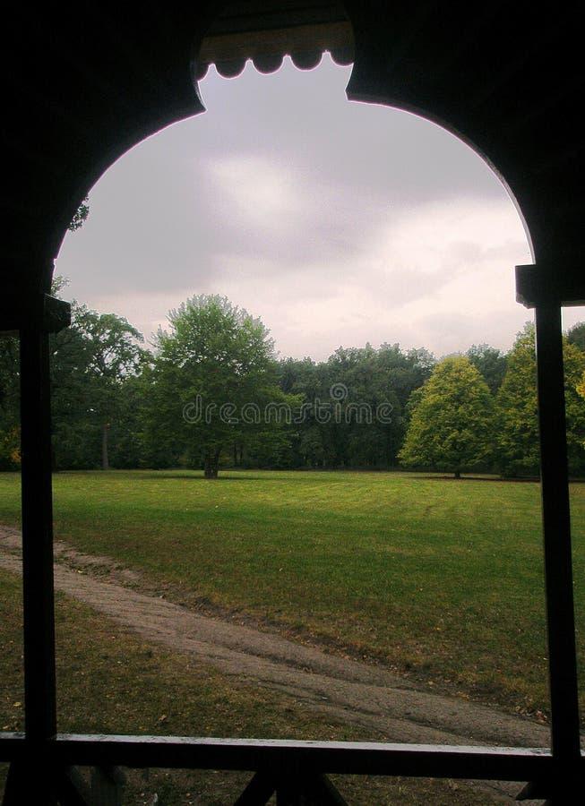 Ansicht vom Gazebofenster auf dem Park lizenzfreie stockfotografie