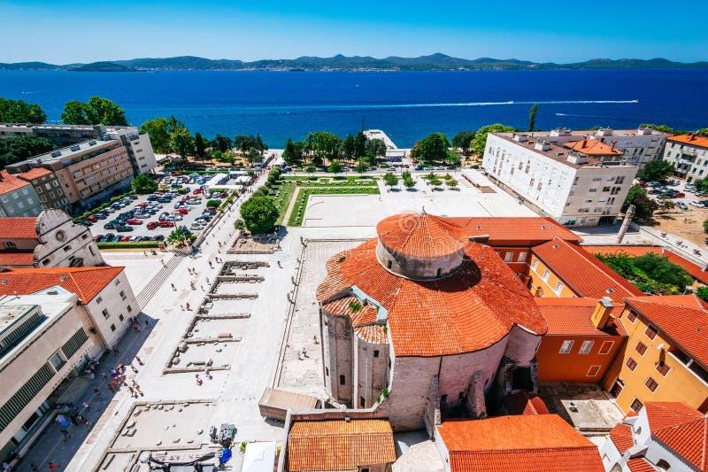 Ansicht vom Glockenturm der Kirche von St. Anastasia auf Kirche von St. Donat und Forum in Zadar, Kroatien stockbilder