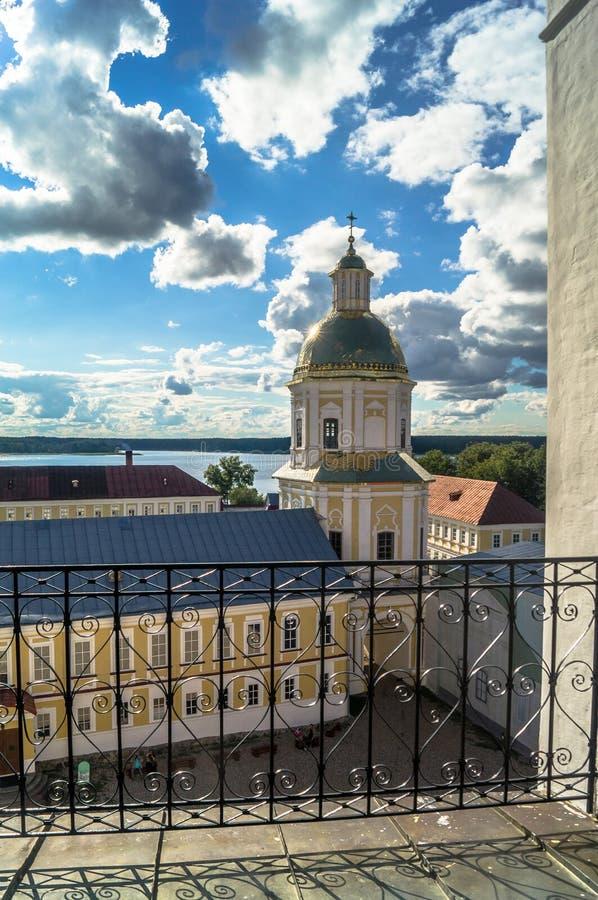 Ansicht vom Glockenturm in Richtung zur Tor-Kirche der St.-Apostel Peter und Paul im Nilov-Kloster, Russland lizenzfreies stockfoto