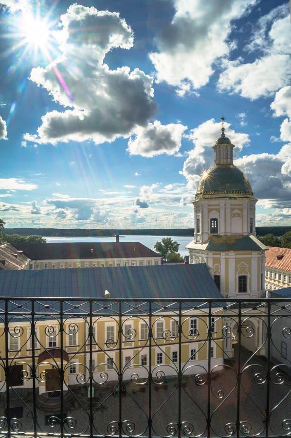 Ansicht vom Glockenturm in Richtung zur Tor-Kirche der St.-Apostel Peter und Paul im Nilov-Kloster, Russland lizenzfreie stockfotografie