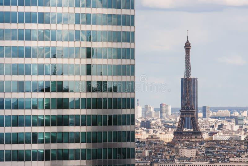 Ansicht vom Grande Arche zum Wolkenkratzer und zum Eiffelturm lizenzfreie stockbilder