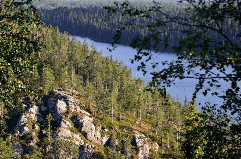 Ansicht vom Hügel auf Felsengesicht lizenzfreie stockfotografie