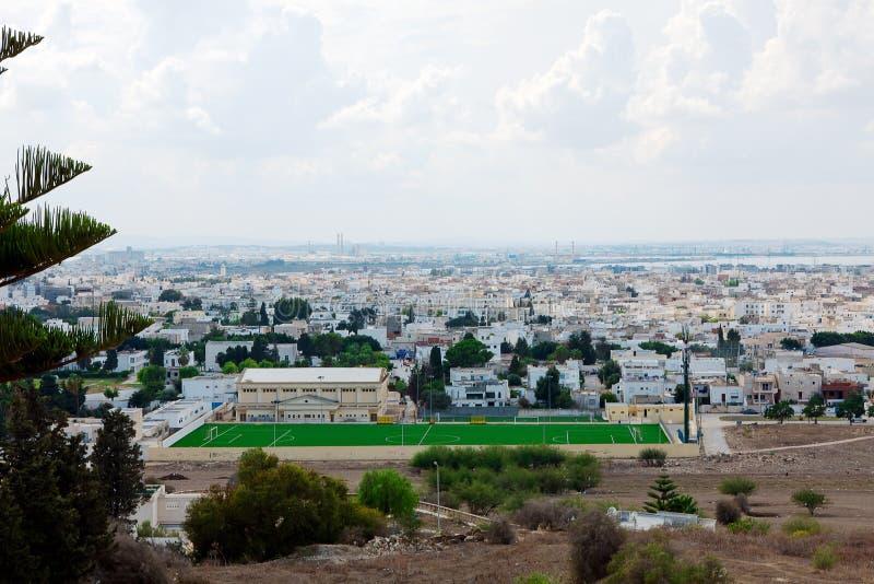 Ansicht vom Hügel Byrsa mit alten Überresten auf Landschaft der neuen Stadt Karthago stockfotos