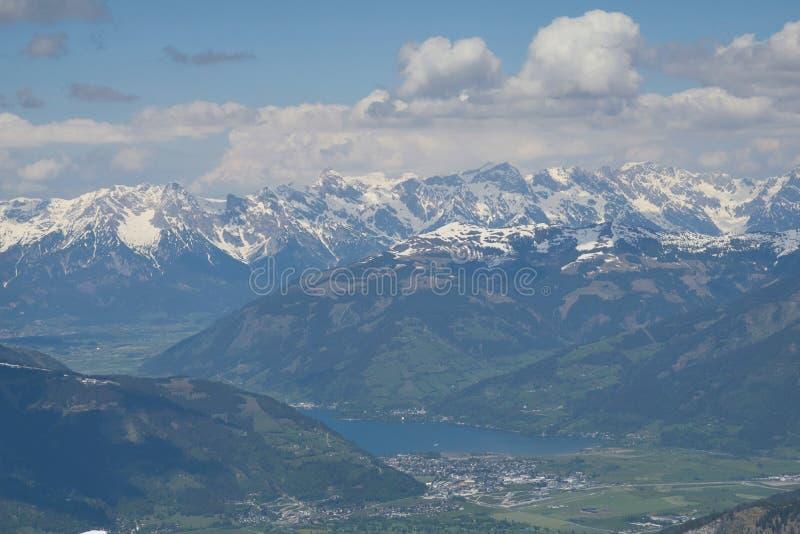 Ansicht vom Kitzsteinhorn zum Zeller See und zu den Bergen Hohe Tauern stockfoto