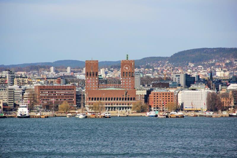 Ansicht vom Meer zum Rathaus von Oslo stockfotografie