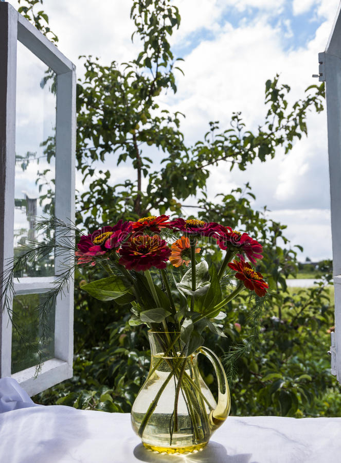 Ansicht vom offenen Fenster lizenzfreie stockbilder