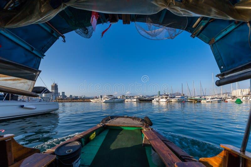 Ansicht vom Sampan am Damm-Bucht-Taifun-Schutz lizenzfreies stockfoto