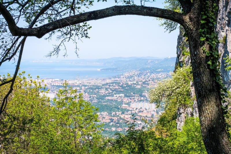 Ansicht vom Schloss Socerb zu Adria-Meer zur Stadt Triest stockbild