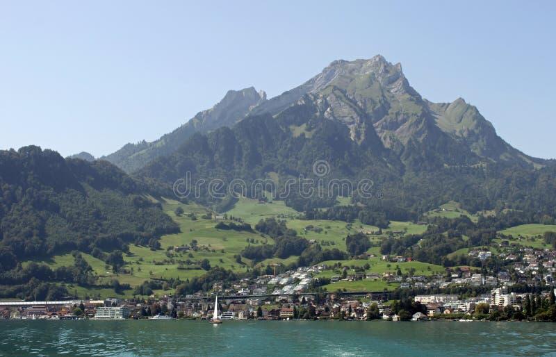 Ansicht vom See Luzerne zu Hergiswil und zu Pilatus stockfotografie