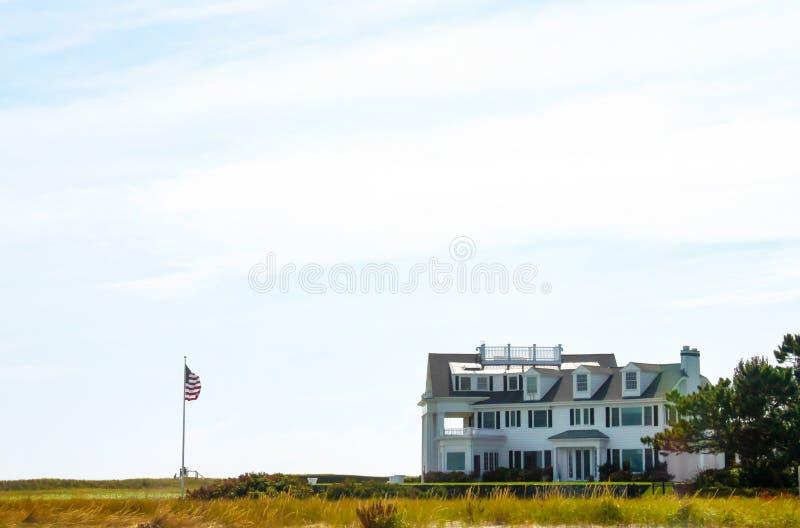 Ansicht vom Strand eines Hauses in Kennedy Compound - das Ufergegendeigentum auf Cape Cod entlang Nantucket-Ton besessen durch Pr stockfotografie