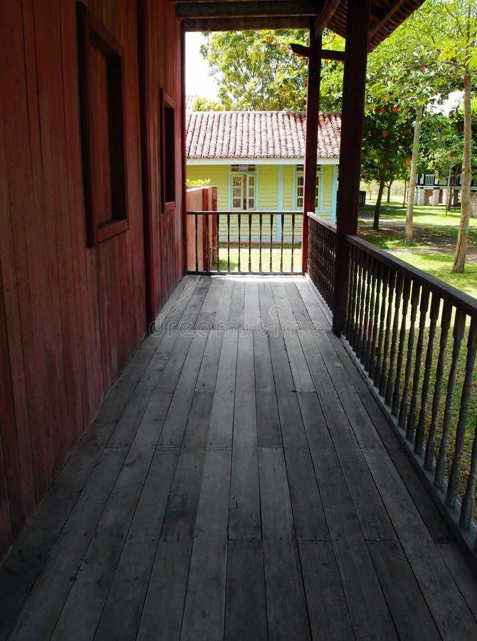 Ansicht vom tropischen Dorfhausportal lizenzfreie stockfotos
