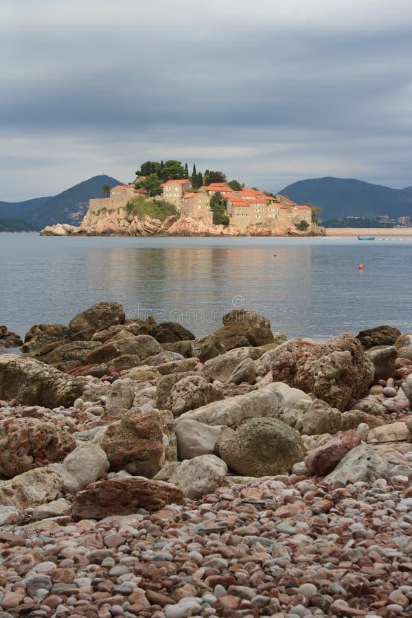 Ansicht vom Ufer der Insel von Sveti Stefan montenegro stockfotos