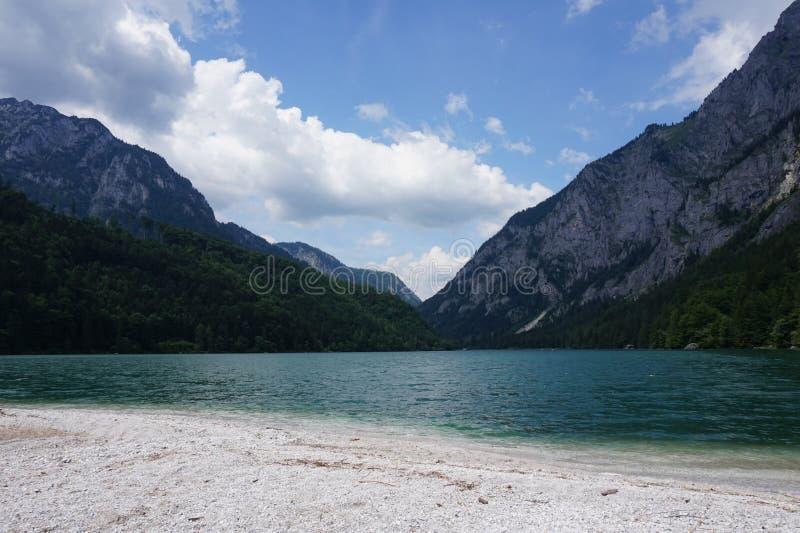 Ansicht vom Ufer von einem Teich zu den Bergen stockbild