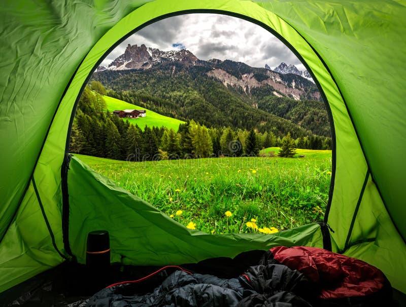 Ansicht vom Zelt zu den österreichischen Alpen im Frühjahr stockfotografie