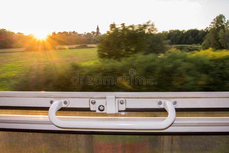 Ansicht vom Zugfenster in der hohen Geschwindigkeit stockfotografie