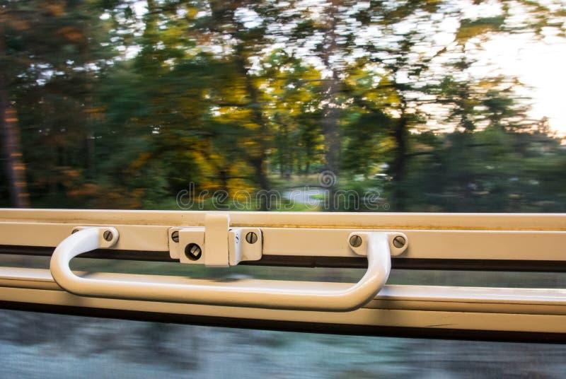Ansicht vom Zugfenster in der hohen Geschwindigkeit stockbild