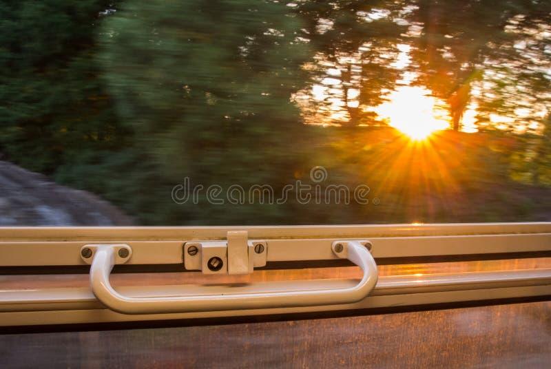 Ansicht vom Zugfenster in der hohen Geschwindigkeit lizenzfreies stockbild