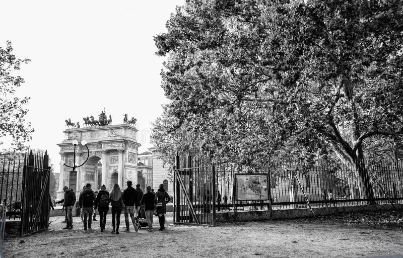 Ansicht von ACRO-della Schritt, Bogen des Friedens, von Sempione-Park im Stadtzentrum von Mailand, Italien stockfotos
