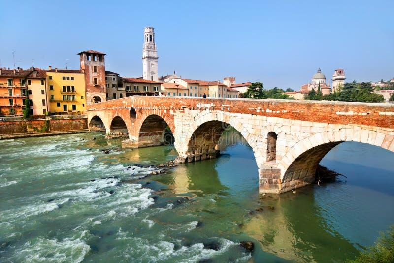 Ansicht von Adige-Fluss und Brücke von Str.-Peter, Verona lizenzfreie stockfotos