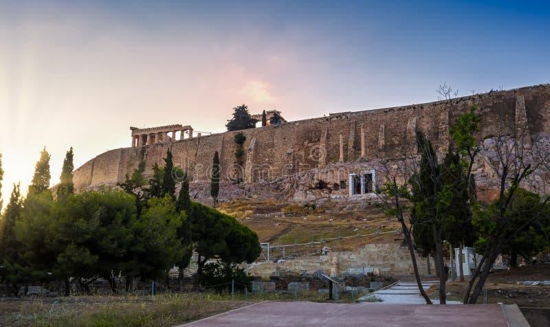Ansicht von Akropoliswänden und von Hügelsteigungen und Theater von Dionysus in Athen, Griechenland bei Sonnenuntergang stockfotografie