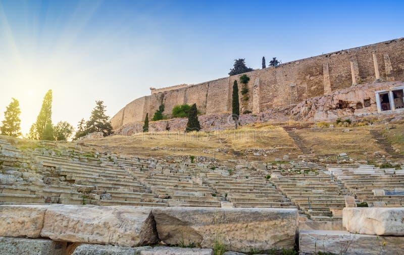 Ansicht von Akropoliswänden und von Hügelsteigungen und Theater von Dionysus in Athen, Griechenland bei Sonnenuntergang stockbilder
