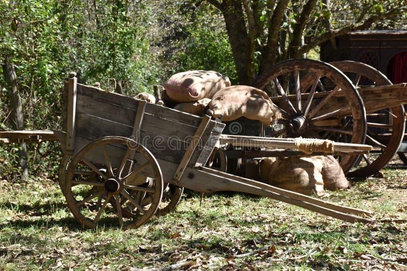 Ansicht von alten hölzernen Lastwagen für Fracht im Vordergrund lizenzfreies stockfoto
