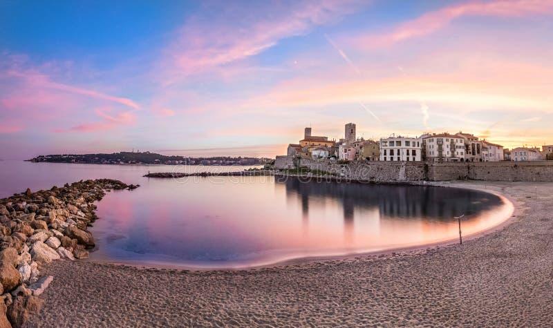 Ansicht von Antibes auf Sonnenuntergang vom Strand, französisches Riviera, Frankreich lizenzfreies stockfoto