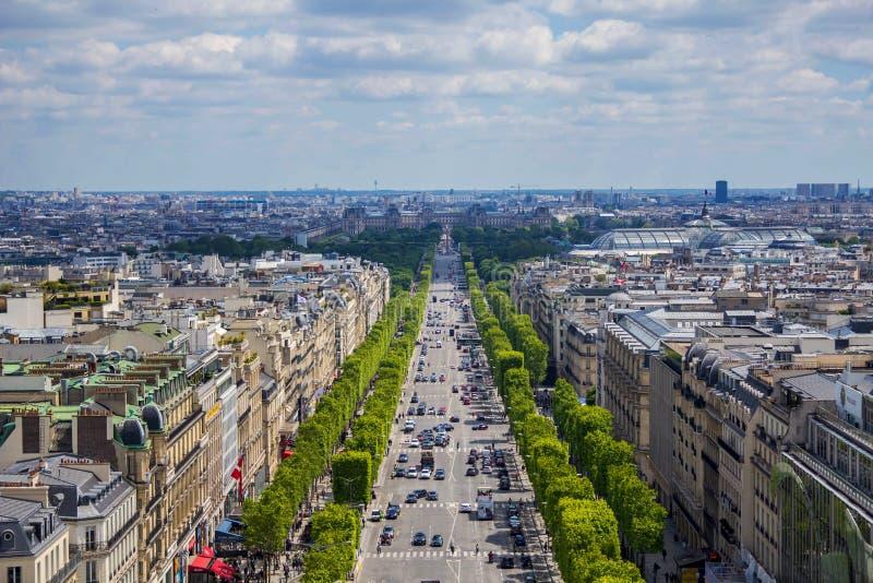 Ansicht von Arc de Triomphe auf Champs-Elysees, Paris, Frankreich 12. Mai 2019 lizenzfreie stockfotos
